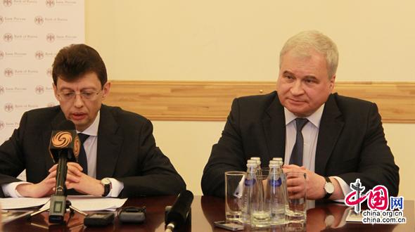 На фото: Чрезвычайный и Полномочный Посол Российской Федерации в КНР Андрей Денисов(справа) и заместитель Председателя Банка России Дмитрий Скобелкин на брифинге.