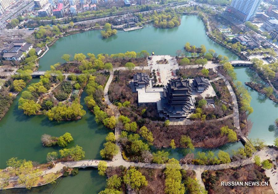 Весна на берегах озера Даминху в Цзинане