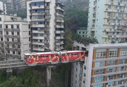 Необычное строение легкого метро в китайском горном городе Чунцин
