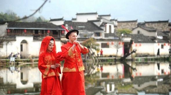 Украинский парень сыграл свадьбу в традиционном китайском стиле