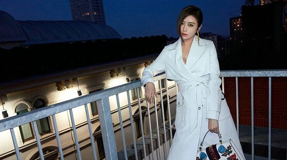 Кинозвезда Цинь Лань на улицких фото