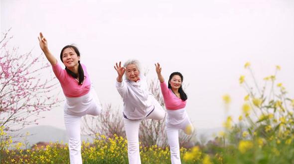 75-летняя женщина открыла класс йоги, после 14 лет практики