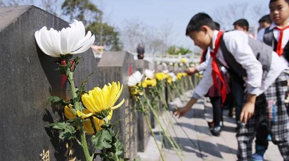 Почтение памяти героев в Праздник Цинмин