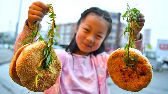 'Жареные лепешки на ветке ивы' -- символ праздника Цинмин в провинции Аньхой