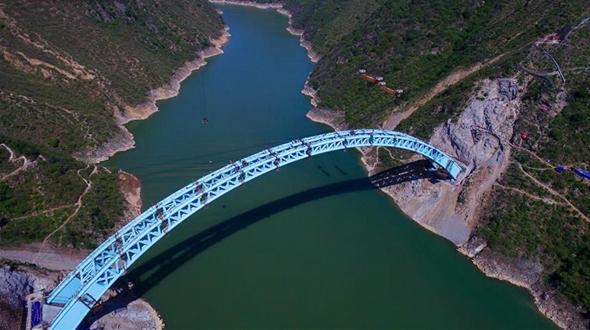 Произведена смычка арочного свода моста через Лохэ на строящейся железной дороге Мэнхуа