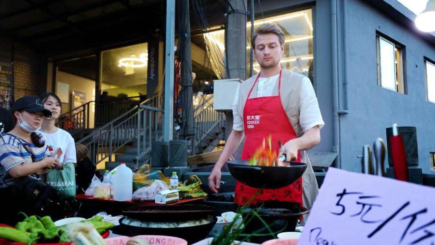 Парень из России готовит китайские блюда в Ханчжоу