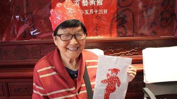 74-летняя китаянка показала мастерство вырезки из бумаги без трафаретов