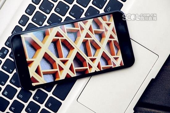 В провинции Сычуань презентовали 'безочковый' 3D-смартфон