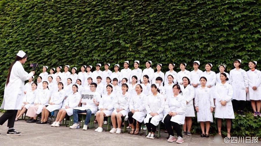 Выпускные фотографии школы медсестер, парни здесь редкость