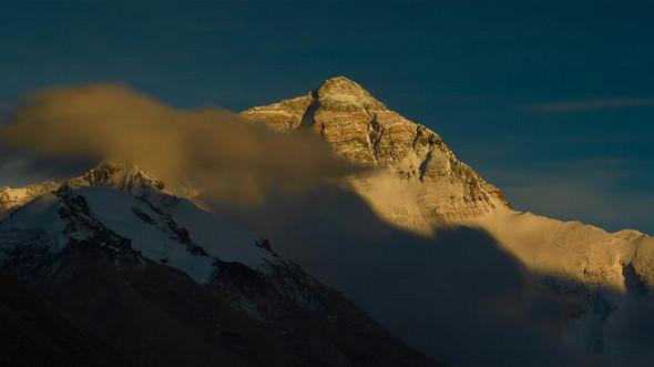 Джомолунгма, возвышающаяся над горизонтом