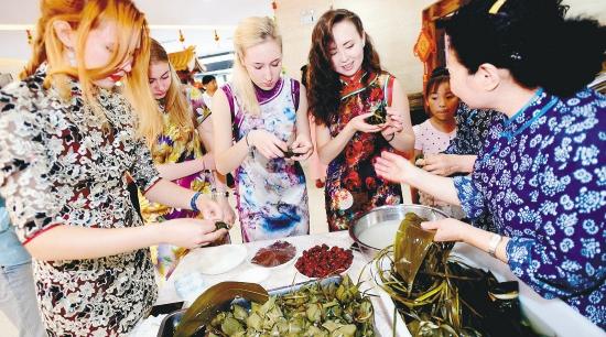 Китайцы вместе с иностранцами готовятся к празднику Дуаньу