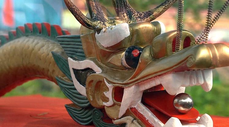585-летная лодка-дракон из Яньбу города Фошань готовится к гонке в праздник Дуаньу