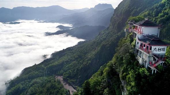 Море облаков в ландшафтном парке 'Цзютайгуань' в Шэньси