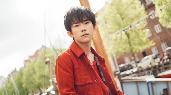 Молодой китайский певец И Янцяньси
