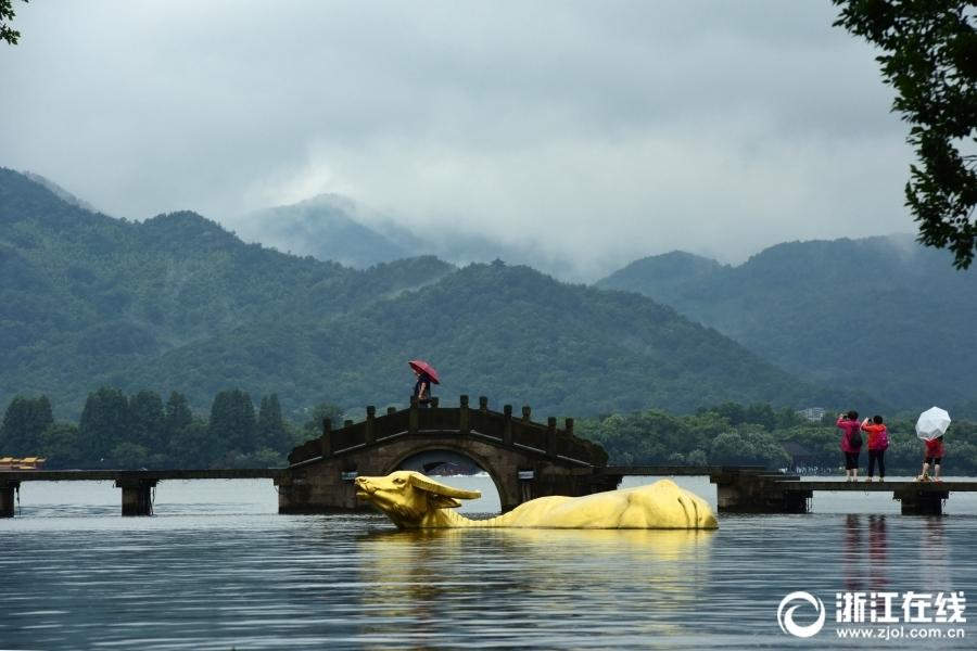 Ханчжоу: озеро Сиху под дождем
