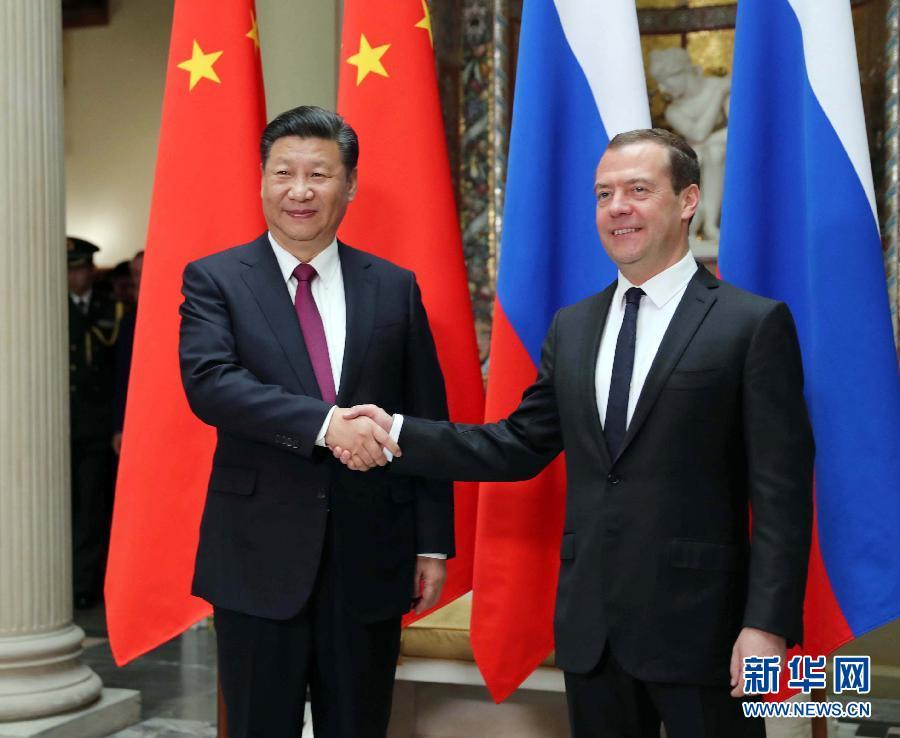 Председатель КНР Си Цзиньпин во вторник здесь встретился с премьер-министром РФ Дмитрием Медведевым.