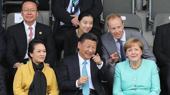 Си Цзиньпин совместно с канцлером Германии А. Меркель наблюдал за товарищеским матчем молодежных футбольных команд Китая и Германии