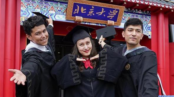 В Пекинском университете прошла церемония окончания основной программы обучения и присвоения ученых степеней 2017 года