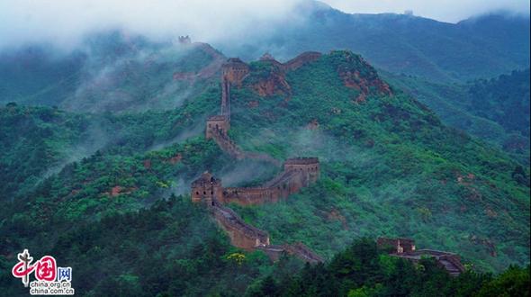 Участок Великой китайской стены «Цзиньшаньлин» после дождя превратился в рай