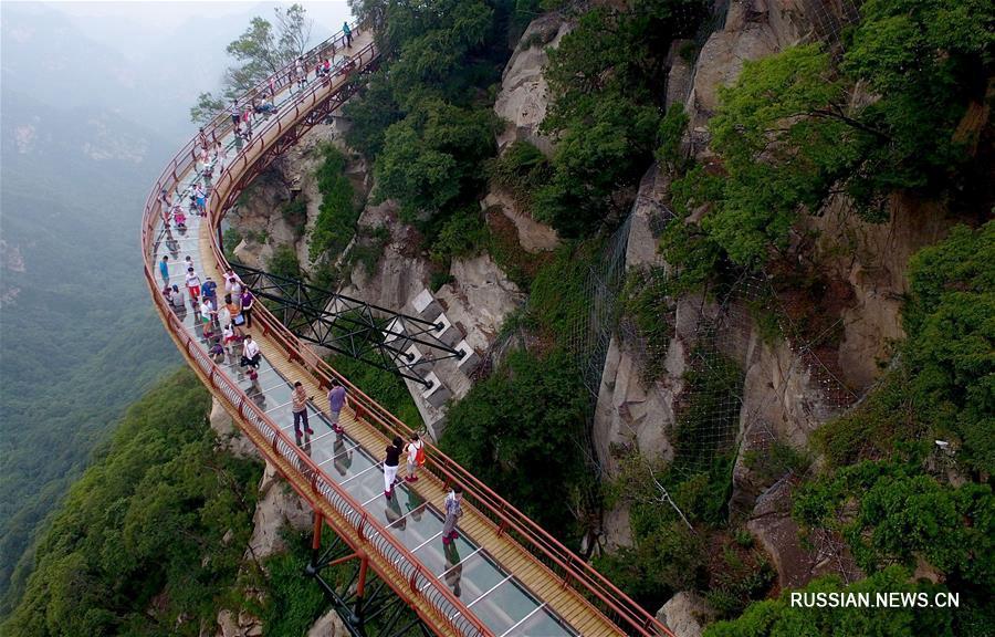 Прогулка по стеклянным мосткам над пропастью в провинции Шэньси