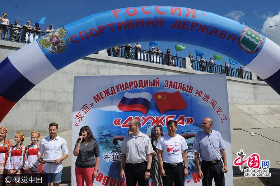 300 китайских и российских любителей плавания совершили заплыв по реке Хэйлунцзян