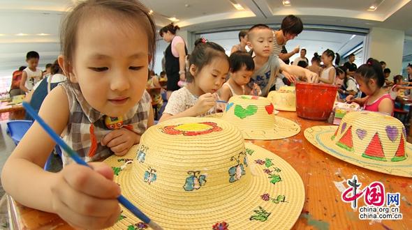 Цветные рисунки на соломенных шляпах в г. Яньтай, пров. Шаньдун