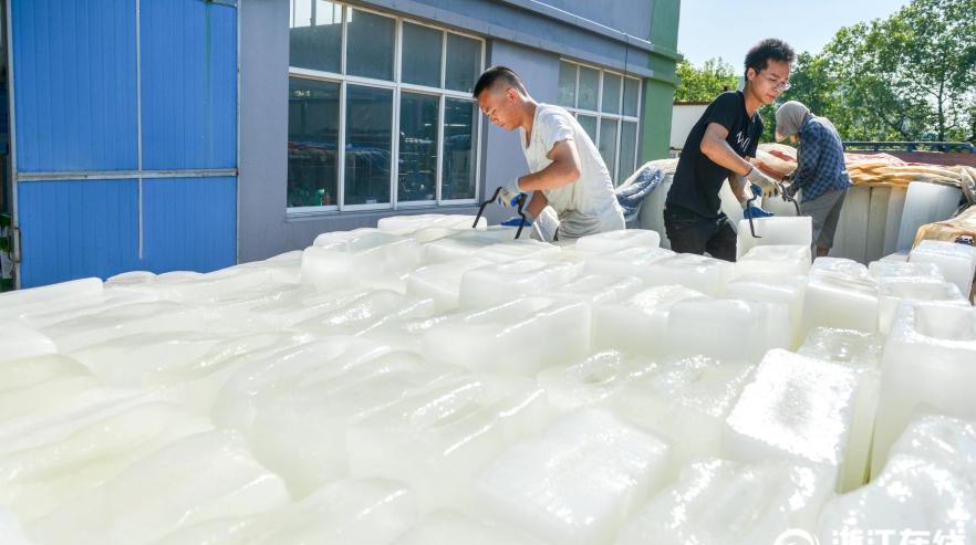 В летний зной в Китае растет спрос на лед
