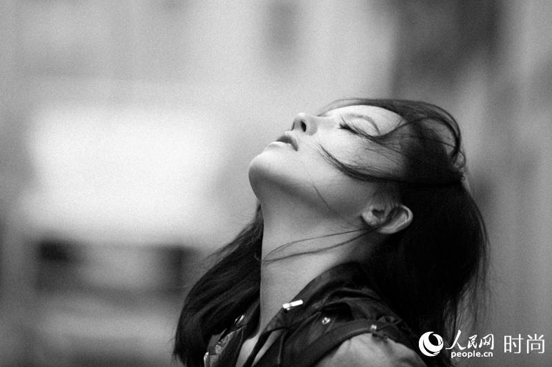 Уличные фото: актриса Ян Цзышань в кожанке