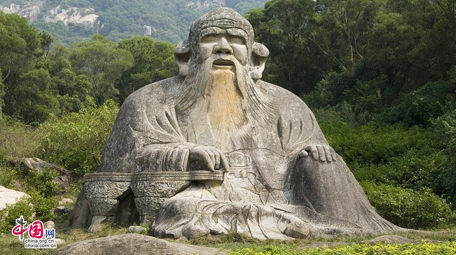 Статуя Лаоцзы в горах Цинюаньшань над Цюаньчжоу