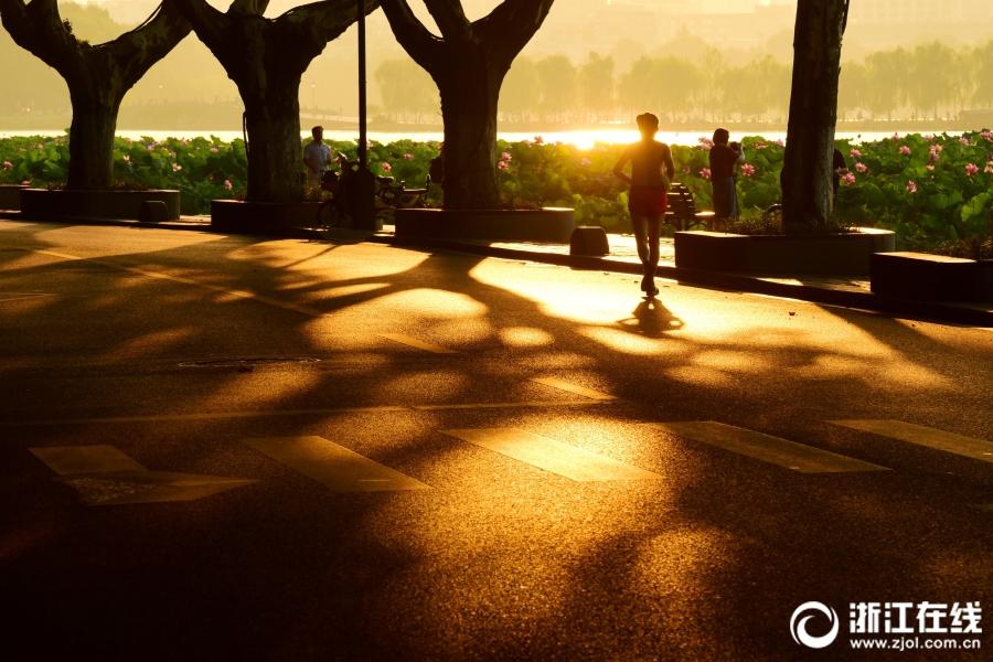 Утренняя заря над озером Сиху