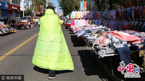 Утро в пров. Хэйлунцзян: выходя на улицу, люди кутаются в одеяла и пуховики