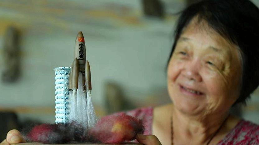 70-летная женщина из провинции Хэбэй приготовила маленькие композиции из камней в честь 90-летия создания НОАК
