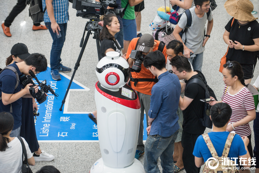 На станции метро города Нинбо появился путеводный робот