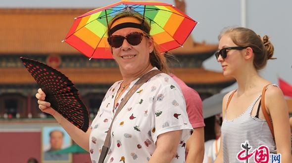 Бабье лето в Пекине: туристы на площади Тяньаньмэнь под палящим солнцем