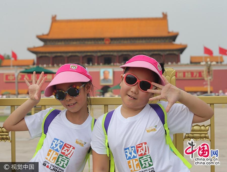 9 августа, Пекин, туристы под палящим солнцем посетили площадь Тяньаньмэнь. В этот день в Пекине солнце светило особенно яростно, максимальная температура достигла 30 градусов.