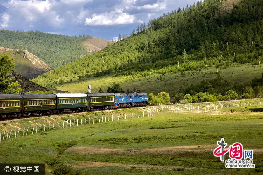Транссибирская магистраль является самой длинной железной дорогой в мире, строительство которой стартовало 13 июля 1904 года и завершилось через 13 лет.