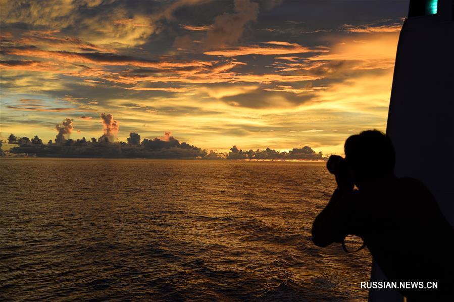 Закат над Тихим океаном с борта судна 'Кэсюэ'