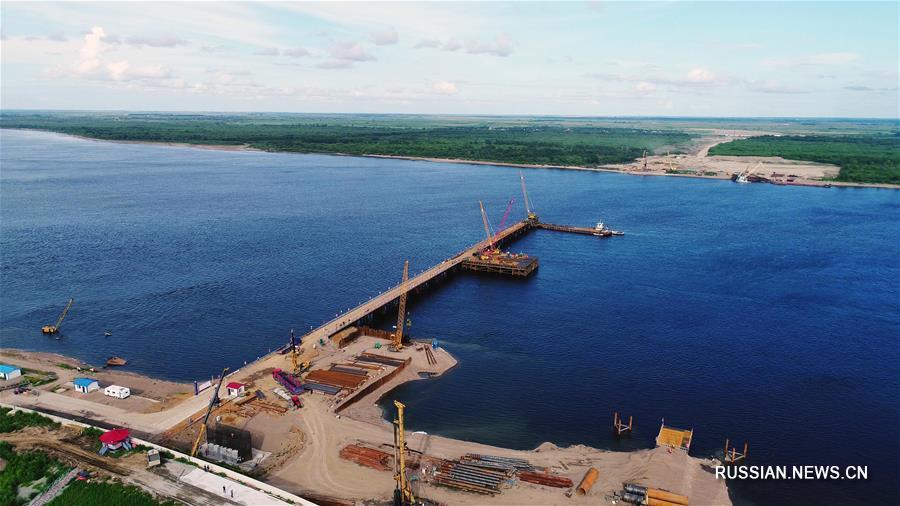 Строящийся автодорожный мост через китайско-российскую пограничную реку Хэйлунцзян