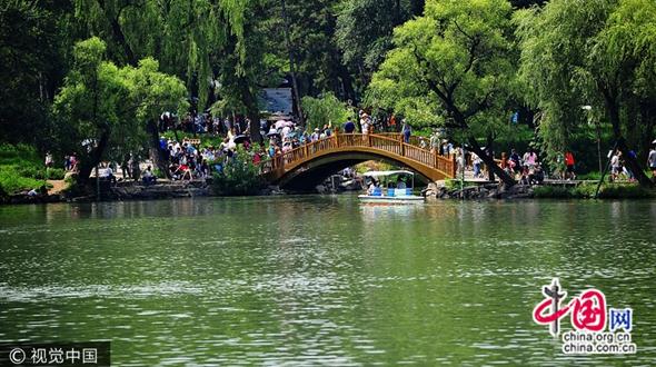 Летняя резиденция Бишушаньчжуан в г. Чэндэ, пров. Хэбэй, привлекает большое количество туристов