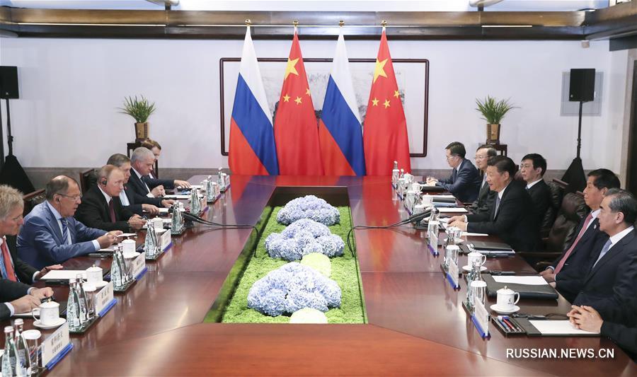 Председатель КНР Си Цзиньпин сегодня здесь встретился с президентом РФ Владимиром Путиным.