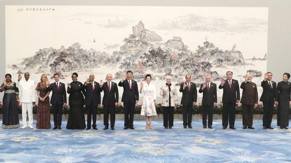 Си Цзиньпин и Пэн Лиюань приветствовали государственных лидеров с супругами и почетных гостей из стран БРИКС и других стран