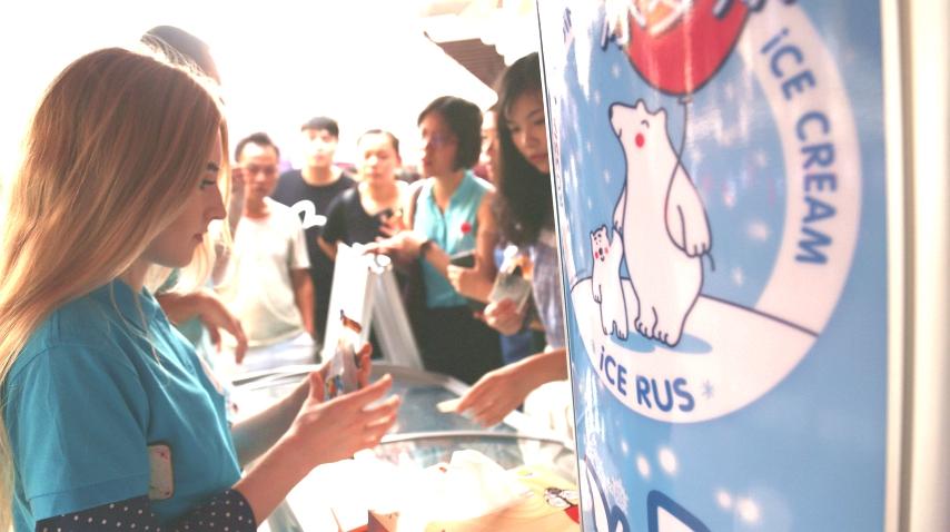 Русская красавица стала самой популярной продавщицей мороженого на улице Ханчжоу