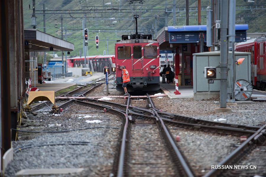 По данным полиции кантона Ури, инцидент произошел около 11:30 по местному времени. Одним из столкнувшихся составов был туристический поезд с пятью пассажирскими вагонами, в которых находилось около 50 человек.
