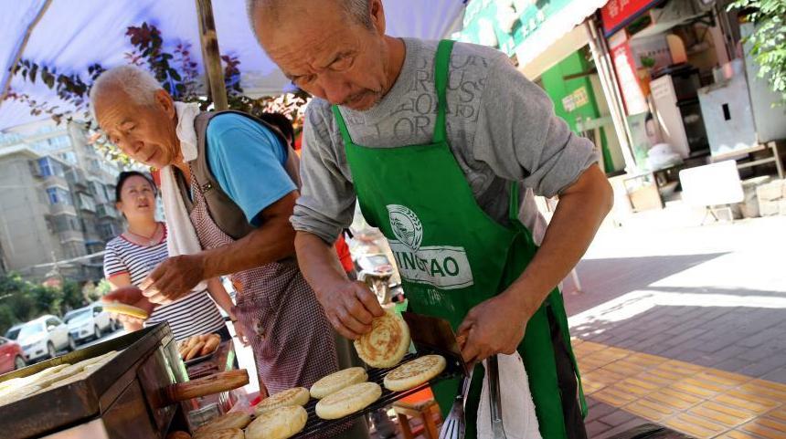 Мужчины из провинции Шэньси приготовили традиционные лунные пряники к празднику Луны