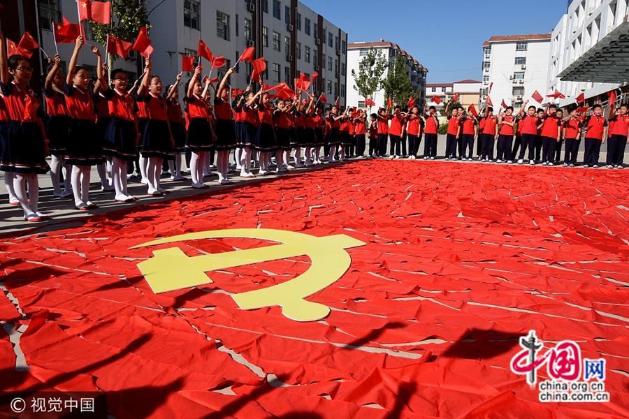 13 сентября в городе Линьи провинции Шаньдун пионерский отряд второй экспериментальной школы уезда Инань провел тематическое образовательное мероприятие для радостной встречи 19-го съезда КПК.