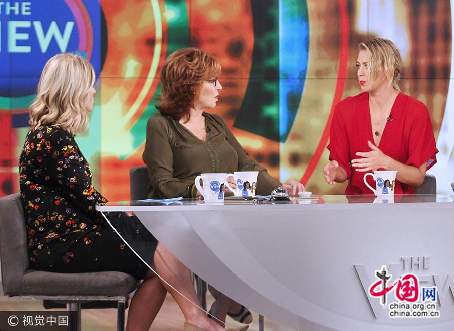 Мария Шарапова сияет в красном платье на телевизонном ток-шоу в Нью-Йорке