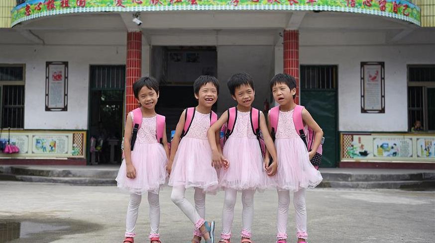 Родители четырех близнецов из провинции Цзянси вступили в борьбу с бедностью ради будущего своих детей