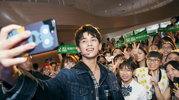 Молодой актер У Лэй в новой фотосессии