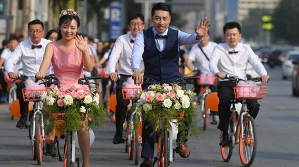 Свадебный кортеж на общественных велосипедах