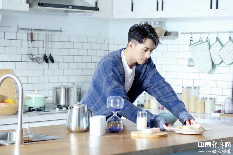 Теплые улыбки актера Сюй Вэйчжоу в новой рекламе